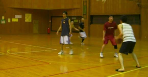 スリッパでバスケ