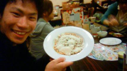 粉チーズをかけまくるヤマザキ