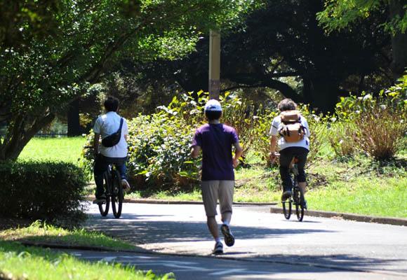 走る人と自転車