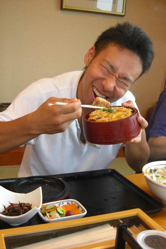 カツ丼を食べるタガ