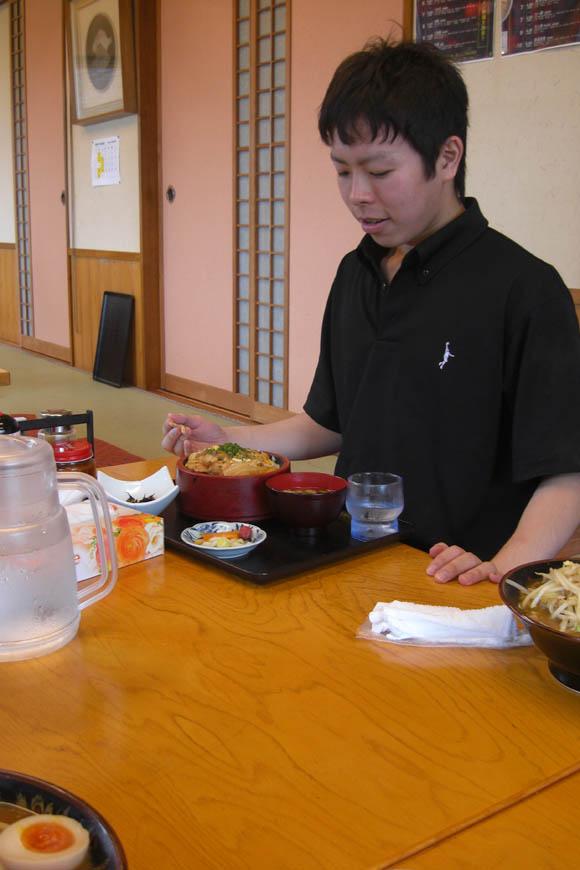 親子丼を食べるアベッチ