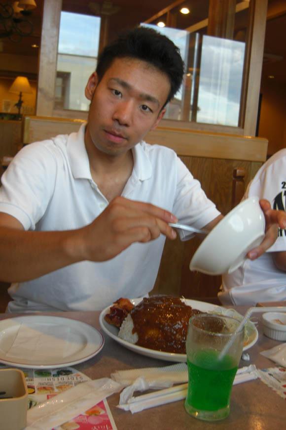 カレーを食べるタガ