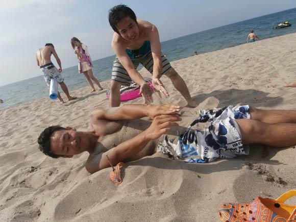 砂に埋められ始めるタガ