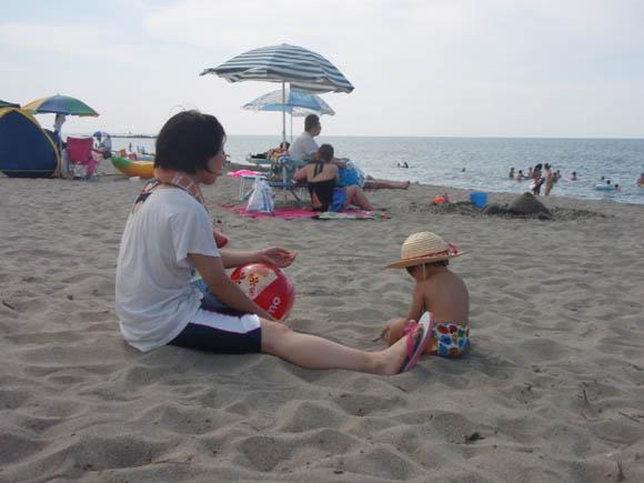 砂をいじるはるくん