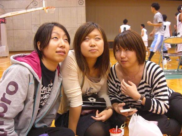 白目美女3人