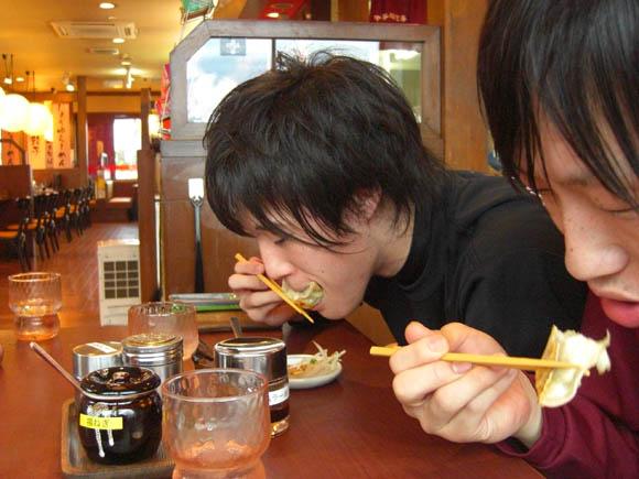 餃子を食べるイセ