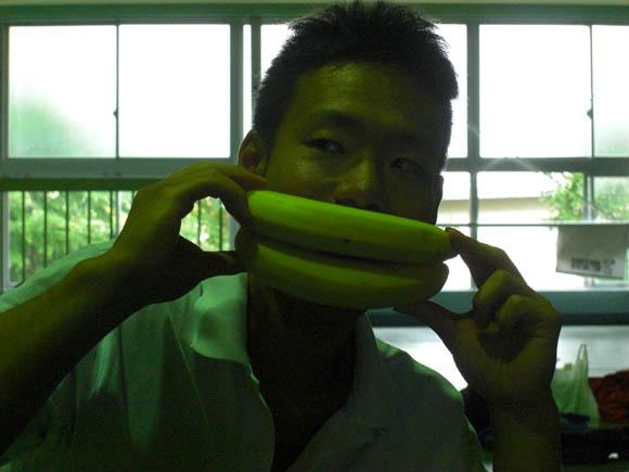バナナで遊ぶタガ