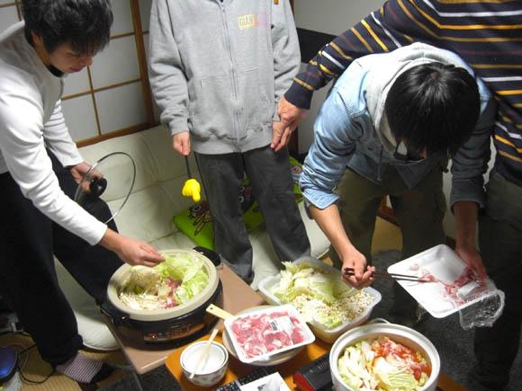 食材を入れるタイガ