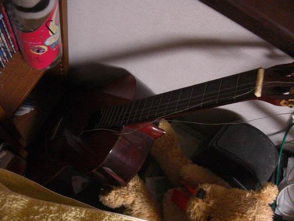 弦が切れたギター