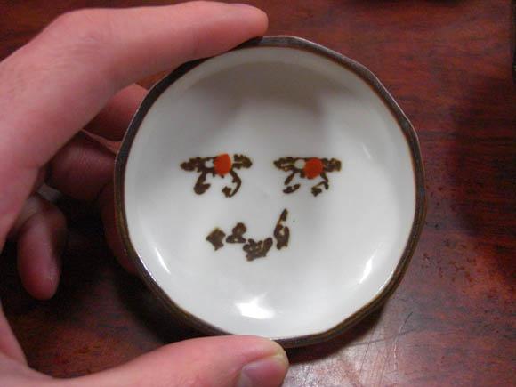 顔に見える皿の模様