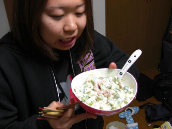 サラダを食べるシロメ