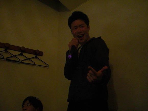 カラオケで歌うヤマザキ