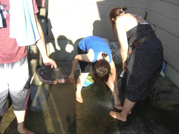 足を洗うみんな