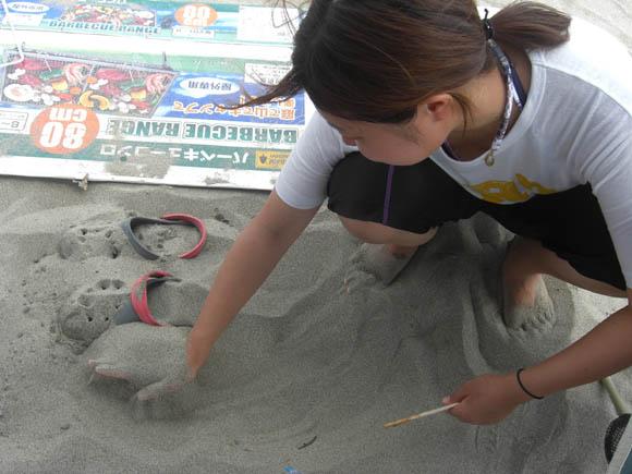 砂で遊ぶしんぼ