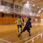 両手でボールを扱うように体を動かす